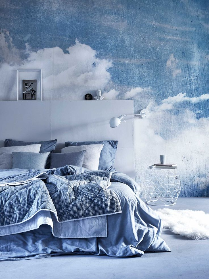 Blauwe slaapkamer met wolken behang | Blue bedroom with clouds wallpaper | Bron: vtwonen 5 2016 | Fotografie Alexander van Berge | Styling Cleo Scheulderman
