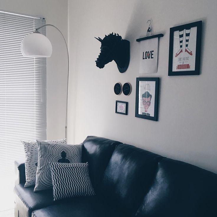 Domingo de preguicinha, sofá e netflix!  O espaço na parede é pra placa de 100k no Youtube que está quase chegando! Oba ❤️