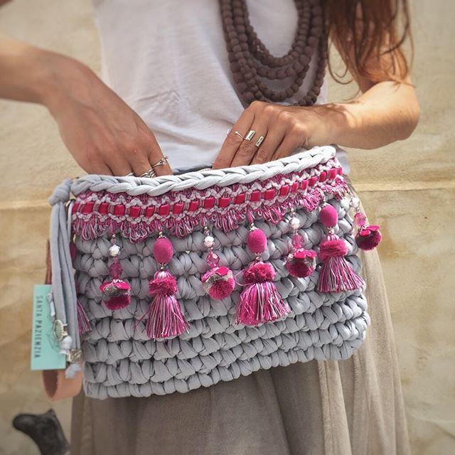 Qué pena no haberme quedado con un poco de esta cinta, siempre me pasa lo mismo, al final todo el mundo con bolso #santapazienzia menos yo.  #bolso #trapillo #handmade #unico #boho #clutch #diy #love #limitededition #ganchillo #crochet #knit #summer #totora #tshirtyarn #pompones #complements #desing #byme