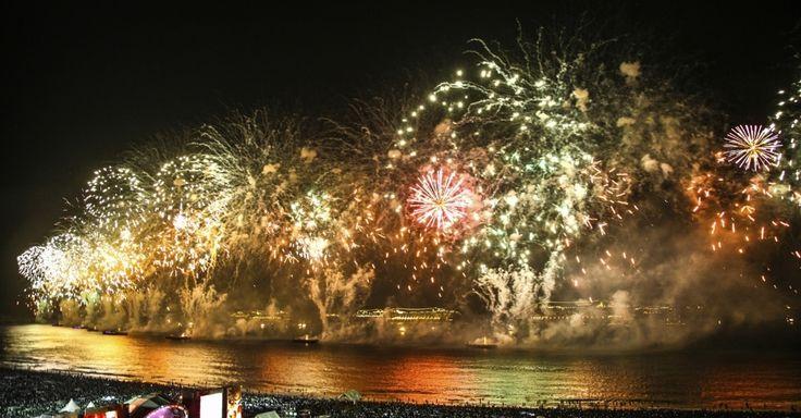 O Réveillon da praia de Copacabana, no Rio de Janeiro, Brasil, é uma das maiores festas de fim de ano do mundo. Atrai média de dois milhões de pessoas com muitos shows e a maior queima de fogos de artifício do país.  Fotografia: Getty Images.