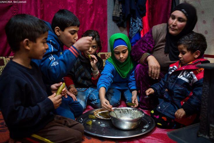 Hannouf, madre 38enne, è fuggita con la sua famiglia da #Homs, in #Siria, tre anni fa. Oggi vivono in un rifugio nella Bekaa Valley, in #Libano. Durante l'inverno hanno dovuto affrontare tempeste di neve e fare i conti con la scarsità di cibo. Aspettando che la primavera arrivasse e portasse con sè una speranza.