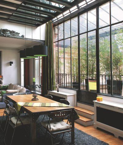 Dans cet atelier d'artiste en duplex, salon et salle à manger sont baignés de lumière grâce à la grande verrière. Plus de photos sur Côté Maison http://petitlien.fr/7twt