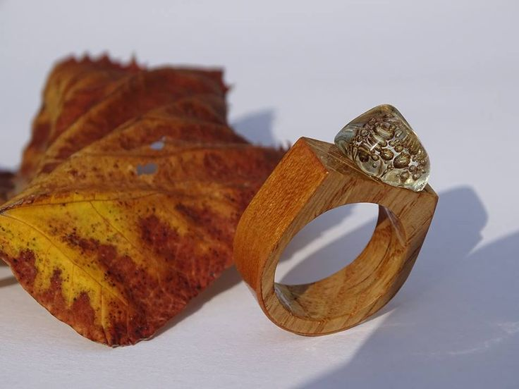 Wooden rings Inel realizat din sticla, lemn si emotie de toamna #rings made from recycled #wood, #glass and autumn emotion, inspired by Nichita Stanescu.