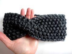 Ein Stirnband mit Twist aus dicker Wolle eignet sich hervorragend als Strick-Projekt für Anfänger. Hier auf Lisibloggt bekommst Du eine kostenlose und sehr einfache Anleitung.
