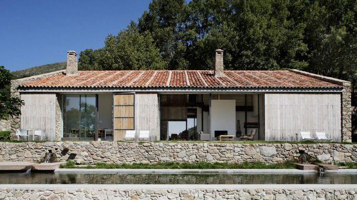 Un novedoso sistema de turbinas y paneles solares abastecen de energía esta finca en Extremadura