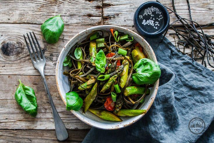 Grüner Spargel, Tomaten, Algen-Pasta