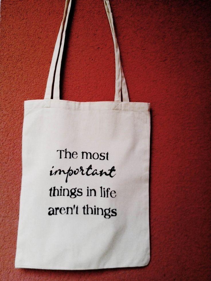 """The most important... Originální plátěná taška s nápisem """"the most important things in life aren´t things"""" (= ty nejdůežitější věci v životě nejsou věci) Je ideální např.na učebnice nebo knížky. Sama podobnou mám a využívám ji pořád. Dá se nositi místo kabelkykdyž máte jen pár věcí, nebo když jdete na menší nákup.Aunese toho opravdu dost, takže se ..."""