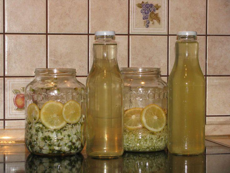 Akácszörp - Hozzávalók: akácvirág, 1 db citrom, 1 kg kristálycukor, 1 l víz, egy nagy befottesuveg