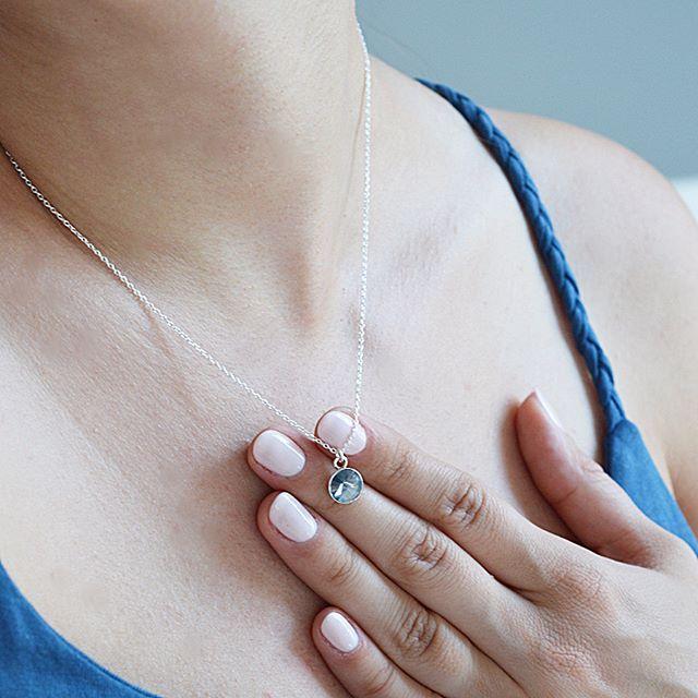 Naszyjnik z kryształem swarovski. Cena:99zł. Kup na: https://laoni.pl/srebrny-naszyjnik-z-niebieskim-krysztalem-swarovski #swarovski #kryształ #biżuteriaślubna #naszyjnik #srebrny