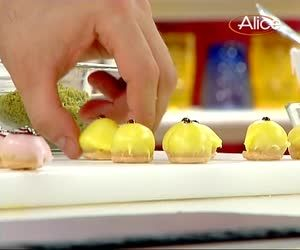 La video ricetta dei piccoli dolcetti alle mandorle, in cui lo chef pasticciere Luca Montersino ci spiega passo passo come preparare questi golosi mignon. http://www.alice.tv/pasticcini-biscotti/video-ricetta-dolcetti-mandorle