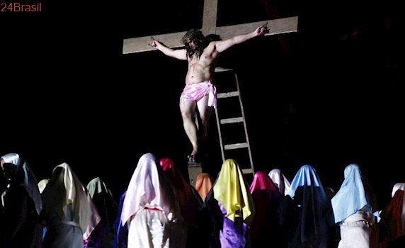 Luzes e efeitos especiais abrilhantam espetáculo da Paixão de Cristo em Viana