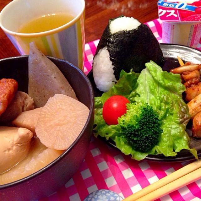 鮭おにぎり 焼き鳥 サラダ おでん 赤い果実のミックスヨーグルト 緑茶 - 11件のもぐもぐ - 今日の朝ご飯(^^) by hmsy0426hmsy