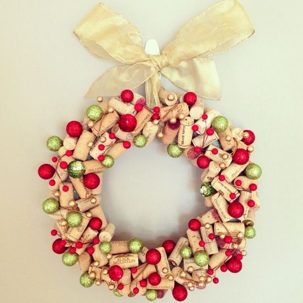 awesome cork wreath DIY christmas wreath ideas green red ornaments wine cork silk ribbon