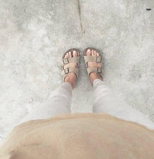 Schlappen von Birkenstock sind gefragt, besonders dieses Modell aus Veloursleder in Taupe. Hier entdecken und kaufen: http://sturbock.me/N6t