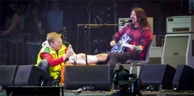 Dave Grohl é um herói, mesmo com a perna quebrada termina o show na Suécia. http://maisempreendedorismonavida.com.br/dave-grohl-e-um-heroi-mesmo-com-a-perna-quebrada-termina-o-show-na-suecia/ … #oeg