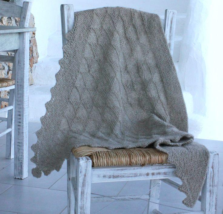 Strikket sjal med strukturmønster og takkebort