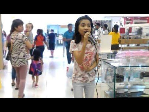 Uma menina qualquer no Karaokê cantando Hello da Adele no shopping