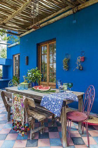 mexicano contemporáneo// de nuevo las sillas con el respaldo lleno de curvas e sun indicativo de el estilo mexicano, la mesa hecha de madera expuesta sin intención de esconder las esquinas y tornillos es muy típica de este estilo contemporáneo.