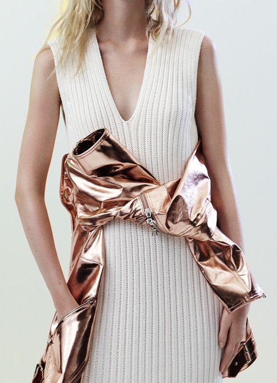 Cette année la tendance métallique est partout. Découvrez nos looks inspirants pour porter du métallique sans ressembler à une boule à facettes!