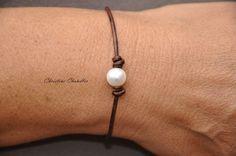 Pearl en leer één parel armband parel en door ChristineChandler