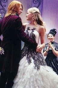 Bill and Fleur dancing at their wedding. I love Harry Potter:)