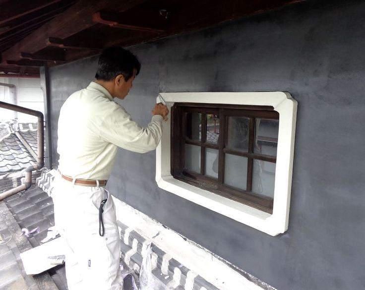 外壁の窓枠を塗っています 窓枠 塗り壁 職人