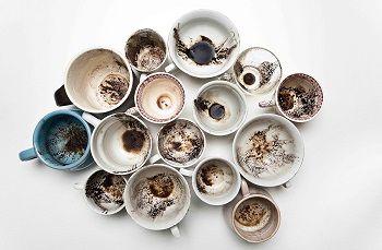 Tanti fondi di caffè turco, tutto materiale di studio della caffeomanzia