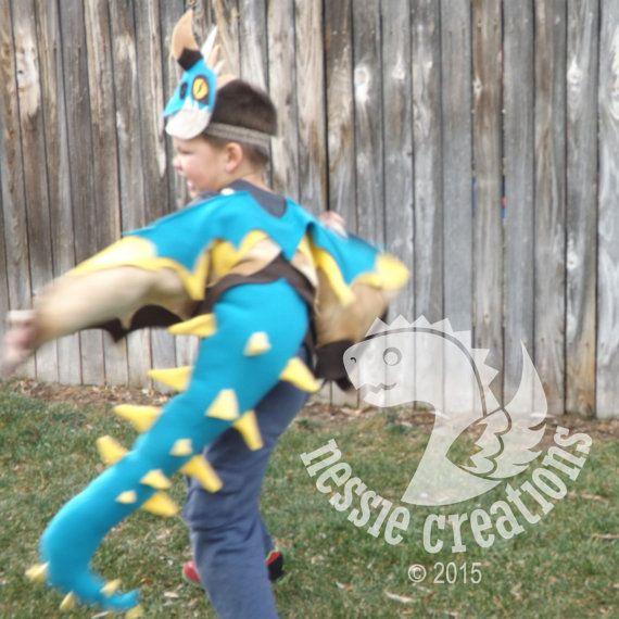 Verde azulado amarillo dorado alas de dragón Tan con la cola