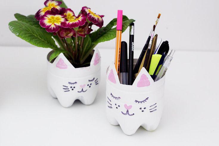 Aus alten Flaschen kannst du ganz leicht Blumen Töpfe mit Katzenmotiv selber machen, in meiner kreativen Upcycling Idee zeige ich dir, wie's geht!