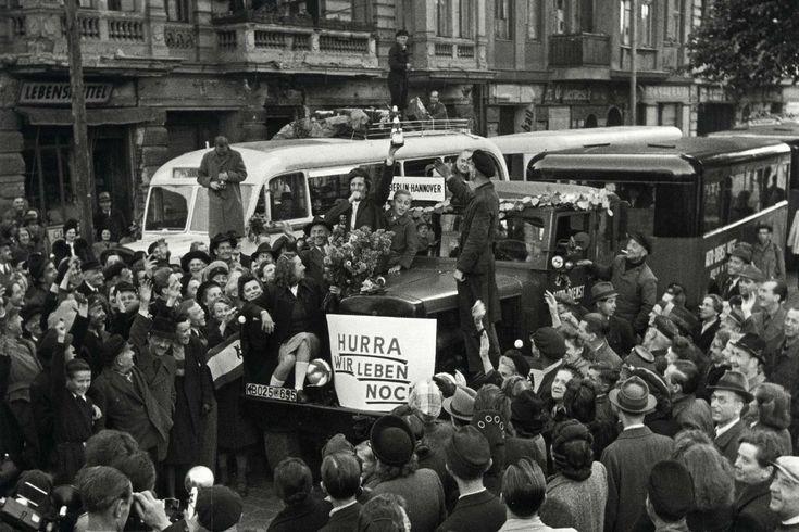 Blockade der Westsektoren Berlins vom 24.6.1948 - 12.5.1949. Aufhebung der Blockade am 12.5.1949. Die ersten Interzonen - Busse Berlin-Hannover verlassen Berlin. Omnibusbahnhof, Stuttgarter Platz, Charlottenburg.