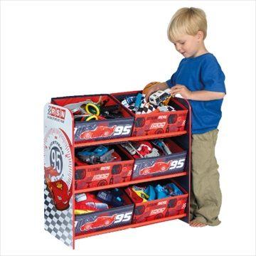 DISNEY CARS Lagringsreol med 6 Bokser. Flotte lagringsreol med 6 oppbevaringsbokser vil gjøre rydde opp en morsom opplevelse for dine små! Med sin sterke MDF ramme og 6 stoff skuffer, er det ideelt for å holde klær, leker og spill ryddig. Den høye kvaliteten grafikk vil se perfekt i barnerommet eller lekerom og er en sikker måte å oppmuntre barna til å rydde unna på slutten av dagen. Kr 869