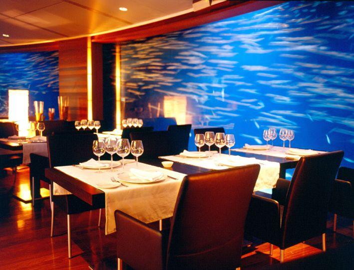 #Interior del #Restaurante Submarino en el que se ve la disposición de las mesas junto al #acuario. #Oceanografic #Valencia www.restaurantesubmarino.es