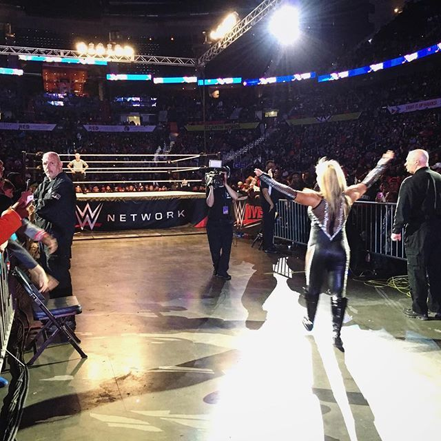 wwe #SDLive superstar @natbynature heads to the ring in front of a jam packed house at #WWEAtlanta to do what she does best!  #QueenofHearts #WWELive Philips Arena 2016/12/30 11:40:19