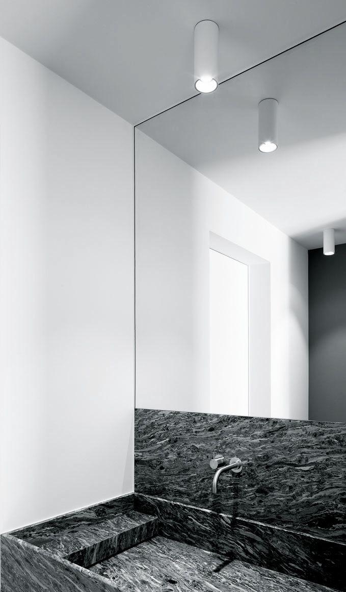 """Lavabo hermoso de mármol negro en un baño totalmente limpio y blanco. Da un efecto como de sofisticación en un lugar tan """"estéril"""""""