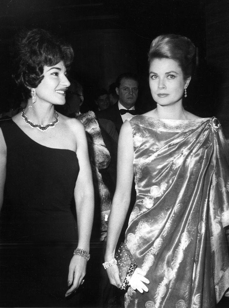 La cantatrice Maria Callas et la princesse Grace de Monaco au sporting club de Monte-Carlo, Monaco le 17 janvier 1962.