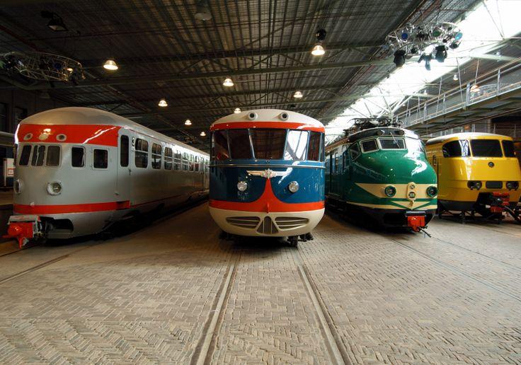 Verschillende treinen die in 'De Werkplaats' van Het Spoorwegmuseum te bezichtigen zijn
