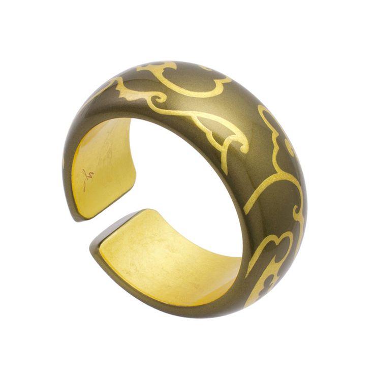身につける漆 蒔絵のアクセサリー バングル 輪舞曲 波唐草 金砂色 坂本これくしょんの艶やかで美しくとても軽い「和木に漆塗りのアクセサリー」より、シンプルでボリューム感のある形状が手元をアーティスティックに華やかな印象に見せてくれる使いやすいデザイン Wearable URUSHI Accessories bangle Rondo golden wave arabesque goldencolor 金粉で蒔きぼかし光沢のある微妙な金色のバングル、手首の動きによって見える内側の金箔と、金砂色に描いた波唐草の蒔絵とのコントラストが楽しめる一品。落ち着いた大人の華やかさを秘めた作品で、日本人の肌に合う上品なゴールドカラーのです  #漆アクセサリー #漆のアクセサリー #漆ジュエリー #軽いアクセサリー #漆のバングル #輪舞曲 #波唐草 #bangle #Rondo #arabesque #wearable #ウェアラブル漆 #漆塗り #軽さを実感 #坂本これくしょん