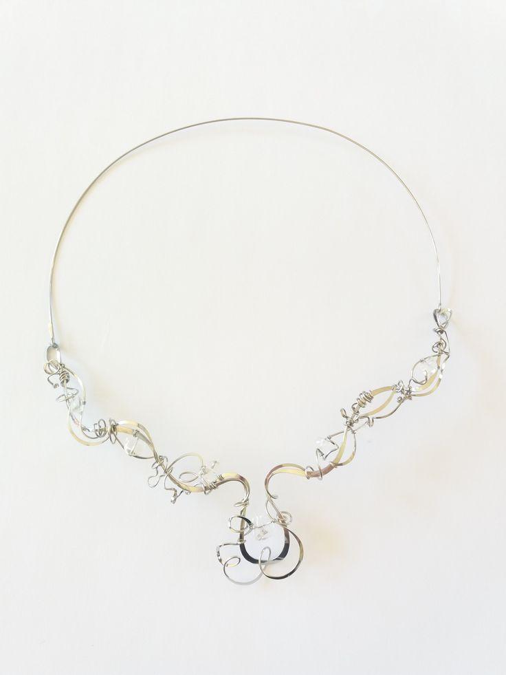 """Náhrdelník+HRD36+""""Něha+křišťálem+oděná""""+Autorský+šperk.+Originál,+který+existuje+pouze+vjednom+jediném+exempláři.Vyniká+svou+lehkostí,+kouzelným+prostorovým+tvarem+a+elegantním+výrazem.+Třpyt+celému+šperku+dodá+každý+dopad+slunečních+paprsků+do+zlomků+křišťálu,+celý+se+rozzáří.+Prostorový+tvar+vypadá+vždy+luxusně,+zajímavě,+poutá+pozornost,..."""