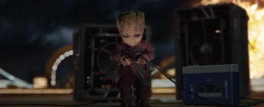 El tráiler de Guardians of the Galaxy Vol. 2 pero cada vez que no sale Baby Groot ignoramos esa escena: Disney lanzó un tráiler de Guardians of the Galaxy Vol. 2 que muestra por 1 vez al padre de Starlord pero todos sabemos que la única parte que importa es Groot así que solo hice GIFs de él. Puedes ver la parte no-groot del tráiler en este enlace. Guardians of the Galaxy Vol. 2 llega a las salas de cine este 5 de mayo. [x]