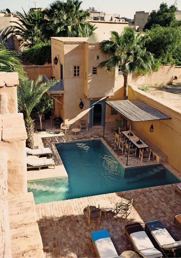 idée de piscine pour petit jardin en forme de T, zone loune et coin repas dans le jardin d'esprit méditerranéen