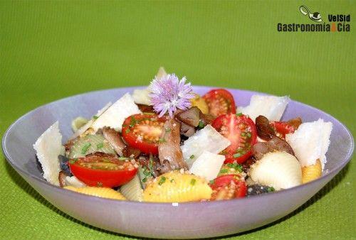 Ensalada de pasta, setas de cardo y parmesano | Gastronomía & Cía