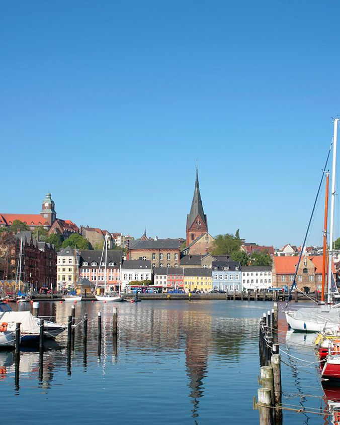 Flensburg, die verkannte Schönheit Mit Rum wurde die Stadt an der Förde reich, mit ploppendem Bier berühmt. Ruhm ernten heute Segler und Werften: Streifzüge durch eine verkannte Schönheit im Norden