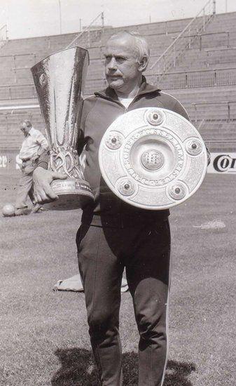 Hennes Weisweiler 1975 mit dem UEFA-Pokal und der Meisterschale
