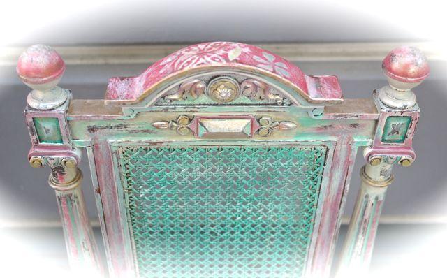 Dieser Gründerzeit-Stuhl von ca. 1870 wurde erst farblich neu eingefasst und dann mit Gold- und Perlmuttschimmer veredelt. Nun funckelt er in der Sonne in allen Regenbogen-Farben.