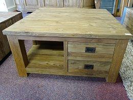Teak salontafel 90x90cm met 4 laden. De laden zijn a-symmetrisch verwerkt in de salontafel. De tafel is gemaakt van oud gerecycled teakhout.