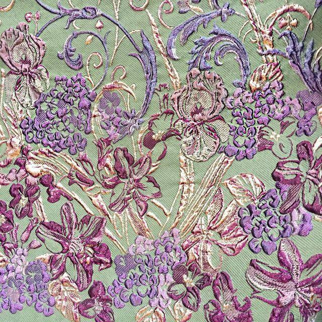 #mulpix Получили от поставщиков образцы тканей из новых коллекций. Они просто потрясающие! Шелк с жаккардовым рисунком 3D, с использованием люрексовых нитей. Гортензии, ирисы и лилии в стили рококо распустились на фоне цвета английский зеленый – сочетание утонченное и свежее. Из этого шелка получится прекрасная юбка или платье, которые из-за плотности ткани можно носить уже сейчас. А для самых смелых-летнее пальто или кардиган.  Дорогие девушки , приходите скорее создавать красоту! Эти ткани…