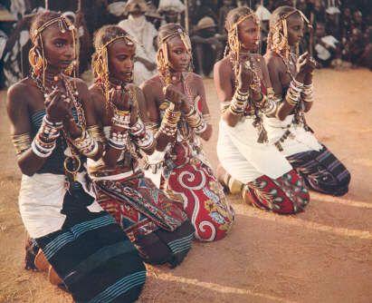 De ceremoniële dansen van de Wodaabe nomaden uit Niger. Een onderzoek naar de gelaatsbeschilderingen. (Jacques Van Nieuwerburgh) Uit de tegengestelde lineage kiezen enkele meisjes (suboybe) de danser die het best beantwoord aan de esthetische normen.
