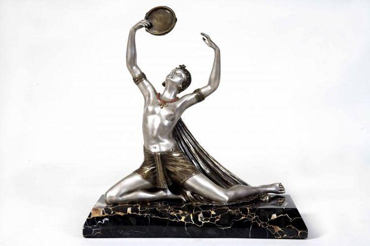 Danzatrice. Scultura in Bronzo argentato con smalti originali. Base piramidale in Marmo portoro. Made in Francia circa 1925 Henry FUGERE. Dimensioni: H cm 44- L cm 41- P cm 16 (hva)