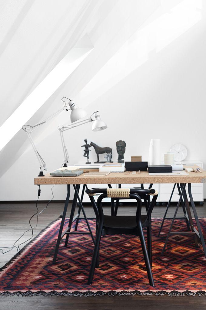 Ja nyt sisustamastani kohteesta vielä sokerina pohjalla yläkerran ateljee, portaikon aulatila sekä alakerran miesvessa. Enjoy! Asunto Oy Töölön Estradi// SATO omistusasunnot ATELJEE Arne Jacobsenin seinäkello // Rosendahl Design Group Työpöydät ja laatikostot // Ikea Normann Copenhagenin Knot-tuolit // Out of the dark Puukeinu // DIY Kelimmatto // Carpetvista YLÄAULA Woodnotesin Twiggy-pöytä // Finnish design shop …