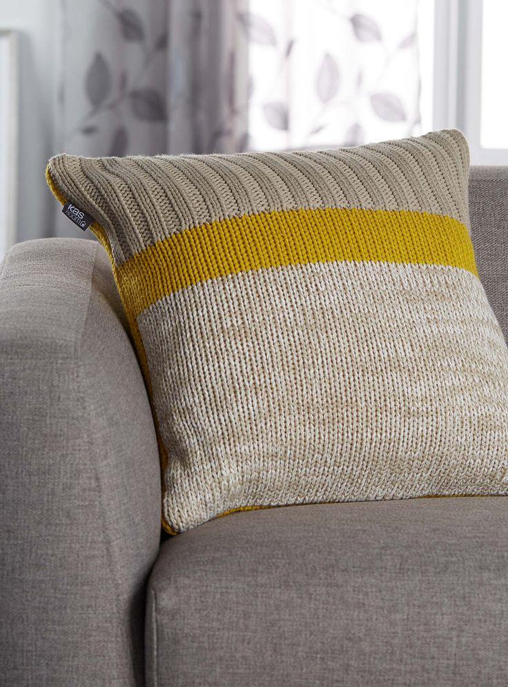 Un design australien exclusif chez Simons Maison La rayure graphique pure mode en déco avec son trio urbain gris chiné, jaune ocre et gris sombre sur un doux tricot de polyester côtelé. Déhoussable et lavable Fermoir zip invisible en bordure 55x55 cm